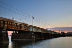 Train de fret expédiant sur Rusty Bridge photographie stock