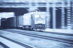 Train de fret moderne avec la tache floue de mouvement Photographie stock libre de droits