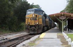Train de fret passant par une station Photo libre de droits