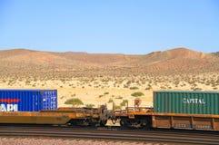 Train de fret traversant le désert de Mojave Images stock