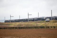 Train de Hitachi passant l'électrification partiellement réalisée Photo libre de droits