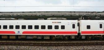 Train de HSR s'arrêtant à la station dans Hualien, Taïwan Photo libre de droits