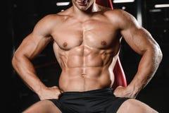 Train de jeune homme chez l'homme caucasien sexy de mode de vie de soins de santé de gymnase Image libre de droits