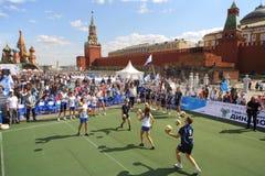 Train de joueurs de volleyball en avant du jeu Photos stock