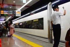 Train de Keisei Skyliner et son chef de gare Station d'aéroport de Narita japan Photos stock