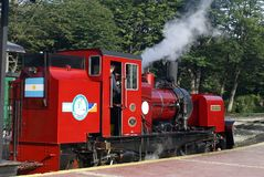 Train de l'extrémité du monde partant pour Tierra del Fuego National Park Photo libre de droits