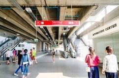 Train de lien d'aéroport à la station de Payathai à Bangkok, Thaïlande. Images libres de droits