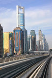 Train de métro, chemin de fer à Dubaï Photo stock