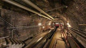 Train de métro de Tunel arrivant à la station de Karakoy à Istanbul, Turquie clips vidéos