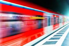 Train de métro de souterrain à la plate-forme de gare ferroviaire avec la tache floue de mouvement photographie stock libre de droits