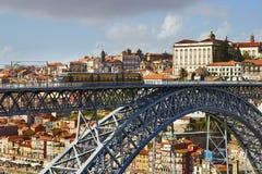 Train de métro sur le pont construit par Eiffel Images stock