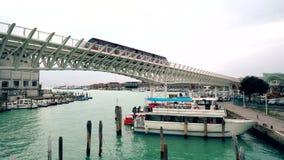 Train de monorail dans le port de Venise Île de Tronchetto, le trafic de Piazzale Roma de taxi de l'eau avec le touriste 4K clips vidéos