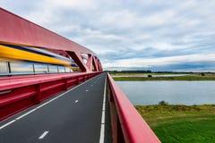 Train de Néerlandais traversant la rivière d'IJssel photographie stock libre de droits