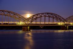 Train de nuit sur le pont en fer Photographie stock libre de droits