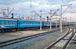 Train de Passanger passant la gare Images libres de droits