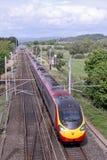 Train de Pendolino sur le mainline de côte ouest, Lancashire Image stock