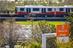 Train de petit pain-onroll- et vue supérieure de signe de retour de voiture de location chez Orlando International Airport image stock