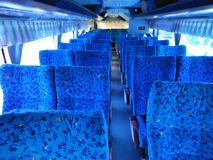 Train de première classe avec le luxe bleu de coussin de velours, vue intérieure de perspective d'un train à grande vitesse moder photo libre de droits