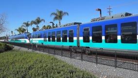 Train de rail de lumière de sprinter retirant des stations banque de vidéos