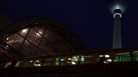 Train de S-Bahn laissant à station d'Alexanderplatz la tour berlinoise de télévision de Fernsehturm, Berlin, Allemagne banque de vidéos