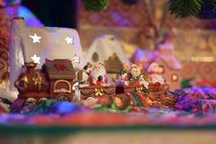 Train de Santa Clous apportant des présents dans un village de conte de fées Photographie stock libre de droits