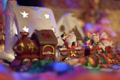 Train de Santa Clous apportant des présents dans un village de conte de fées Photos libres de droits