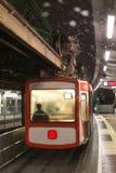 Train de Schwebebahn Wuppertal Allemagne une soirée d'hiver photos libres de droits