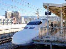 Train de Shinkansen s'arrêtant à la station à Nagoya, Japon Photo stock