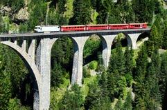 Train de Suisse sur la passerelle très haute Image libre de droits