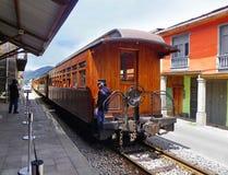 Train de touristes au nez du diable dans Alausi ? la station, Equateur images stock