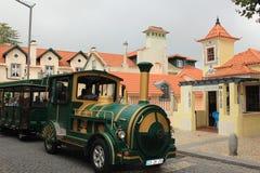 Train de touristes Vieille ville et bâtiment municipal de Sintra, Portugal, l'Europe Image stock
