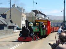 Train de vapeur conduisant vers le haut d'une rue Photos stock