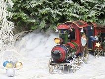 Train de vapeur de jouet de Noël dans la forêt d'hiver Photographie stock libre de droits