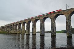 Train de Vierge traversant le pont royal en frontière, Berwick-Sur-tweed le Northumberland Angleterre photos stock