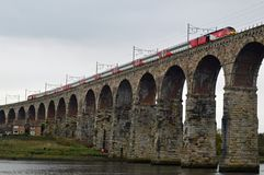 Train de Vierge traversant le pont royal en frontière, Berwick-Sur-tweed le Northumberland Angleterre photos libres de droits