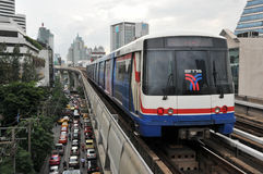 Train de ville sur les longerons élevés Photo libre de droits