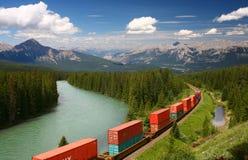 Train déménageant Moutains Photos stock