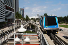 Train du centre de Miami avec le chemin de fer de ciel Photos stock