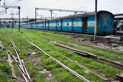 Train du chemin de fer indien sur une gare Photos libres de droits