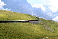 Train du Jungfraubahn dans le tunnel suisse de montagne Photos libres de droits