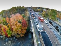 Train entouré par le feuillage d'automne Photos libres de droits