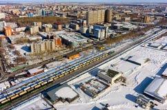 Train entre les secteurs de la ville de Tyumen Russie Images stock