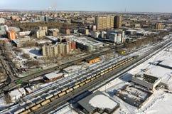 Train entre les secteurs de la ville de Tyumen Russie Photos stock