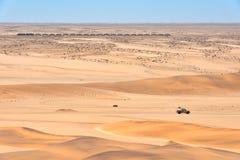 Train et voiture dans le désert en Namibie Photographie stock libre de droits