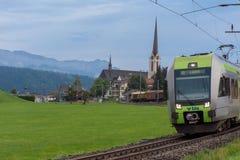 Train européen par la ville et les montagnes photos stock