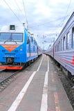 Train ferroviaire sur la plate-forme Images libres de droits
