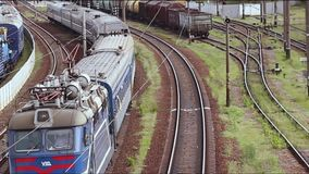 Train fonctionnant le long des rails un jour ensoleillé circulation clips vidéos