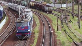 Train fonctionnant le long des rails un jour ensoleillé circulation banque de vidéos