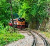 Train fonctionnant près de la montagne photo stock