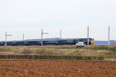 Train HS125 passant l'électrification partiellement réalisée Photo stock